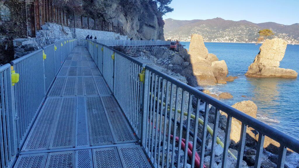 """La """"passerella"""" pedonale costruita in tempi record per ricollegare Portofino a Santa Margherita. Nello sfondo il Pino della """"Carega"""", divenuto simbolo di resistenza e rinascita."""