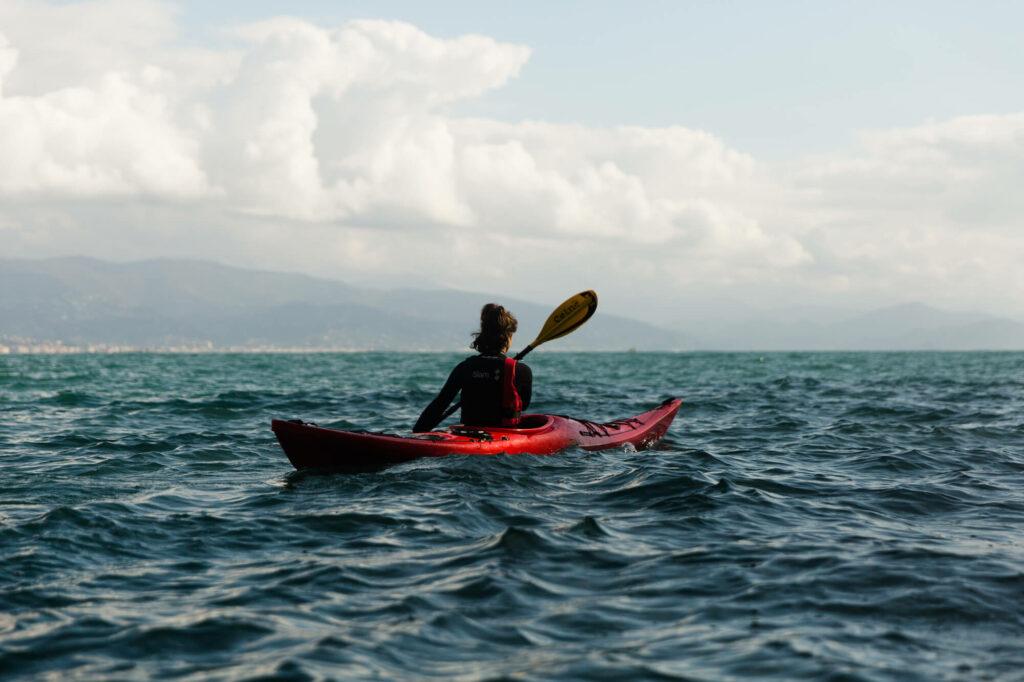 Alessandra pagaia sul mare vasto e profondo durante un'azione insieme al team CRABS. Foto di Tommaso Orlandi